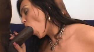 Une femme suce un gros sexe pour la 1ère fois