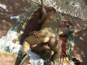 Sexe à la plage avec sodomie douloureuse