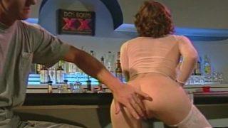 Une exhibitionniste dans un bar